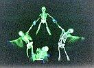 Gerippe im Schwarzlicht - eine Show der Akrobaten