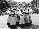 Erntekrone im Mädchenreigen auf dem Marktplatz -Arbeiterfestspiele 1979