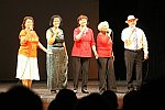 Terzett und Gesangsgruppe singen gemeinsam